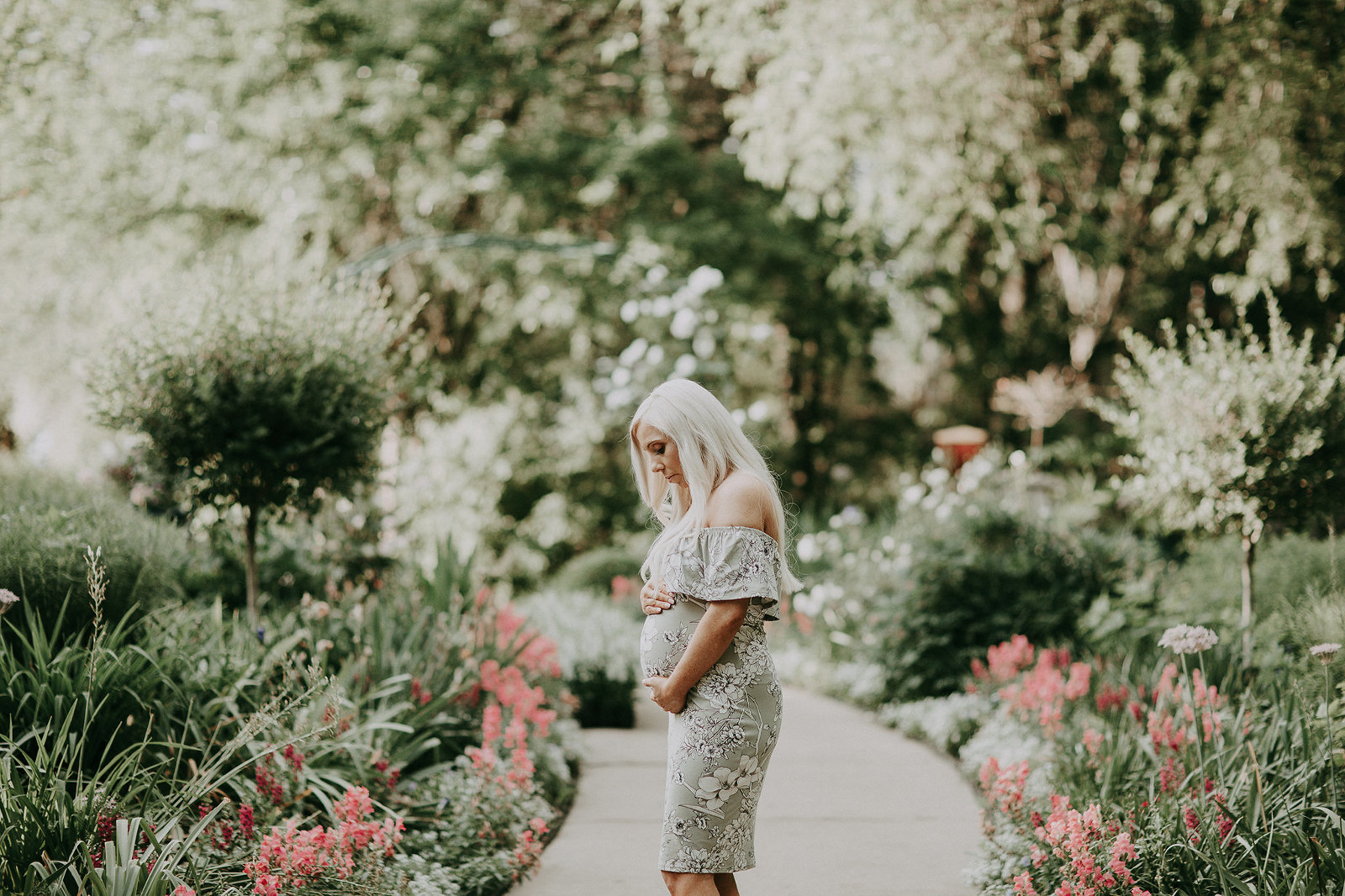 Kansas City Maternity photographer outdoor garden